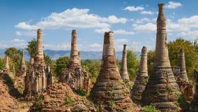 4K Timelapse de la nube móvil en la pagoda de Shwe Indein, el Estado de Shan, Myanmar metrajes