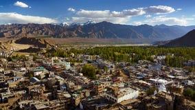 4K Timelapse de la opinión de la ciudad de Leh del templo de Tsemo Maitreya, Ladakh, la India metrajes