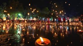 4K Timelapse de lanternas e de povos de flutuação na celebração de Yee Peng Festival ou de Loy Krathong filme