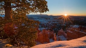 4K Timelapse de lever de soleil au-dessus de Bryce Canyon National Park en hiver, Utah, Etats-Unis banque de vidéos