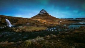 4K Timelapse de luzes de Aurora Borealis Northern sobre a montanha de Kirkjufell, Isl?ndia vídeos de arquivo