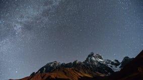 4K Timelapse de noite estrelado surpreendente no lugar turístico a montanha de Ushba, um dos picos os mais notáveis do video estoque