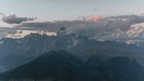 4K Timelapse de por do sol surpreendente no lugar turístico a montanha de Ushba, um dos picos os mais notáveis do Cáucaso video estoque