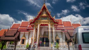 4K timelapse De wolken en de mensen lopen oude pagode de Wat Chalong-tempel stock footage
