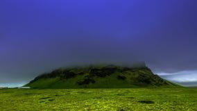 4K timelapse In de wolkenlaag door een angstaanjagende mist de bergpiek van de vulkaan wordt gehuld die IJsland, 15 Juni 2015 stock video