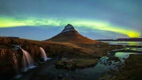4K Timelapse delle luci di Aurora Borealis Northern sopra la montagna di Kirkjufell, Islanda archivi video