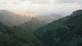 4k Timelapse delle montagne e della linea costiera sceniche di vista su Anaga, isola di Tenerife Belle montagne e nuvole sopra video d archivio