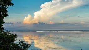 4K Timelapse des schönen Sonnenuntergangs während der Ebbe auf dem Sanur-Strand in der tropischen exotischen Insel Bali, Indonesi stock video footage