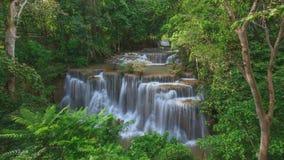 4K Timelapse des tiefen Waldwasserfalls in Kanchanaburi, Thailand stock footage