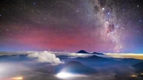 4K Timelapse di Milkyway sopra il vulcano di Bromo, Indonesia archivi video