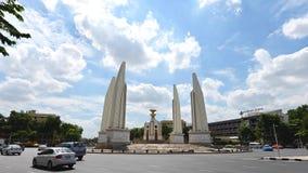 4K Timelapse do marco do monumento da democracia de Banguecoque com tráfego filme