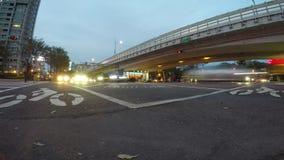 4k Timelapse dzień, noc, ruchów drogowych samochody i ludzie krzyżuje miastową ulicę, zdjęcie wideo