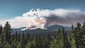 4K Timelapse filmu wideo film powodować Wielkim Szczotkarskiego ogienia Szerokim strzałem w Oregon dym, Krater jezioro park narod zbiory