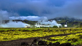 4K timelapse Geothermische macht - elektrische centrales die elektriciteit uit ondergrondse hittebronnen produceren (zoals geiser stock footage
