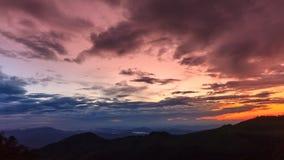 4K Timelapse, härlig solnedgång på skymning i rainforesten Thailand stock video