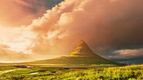 4K timelapse Kirkjufell -山在冰岛的西部,位于在Grundarfjordur附近 与跑的日落 股票录像