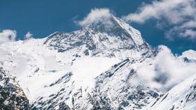 4k Timelapse-mening de berg van van Machapuchare (Vissenstaart) stock footage