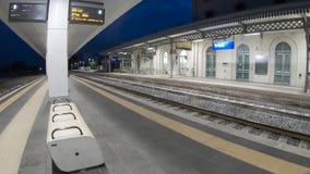 4k timelapse taborowa platforma w Południowym Włochy przy wschodem słońca, z przybywającym pociągiem zdjęcie wideo