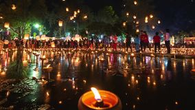 4K Timelapse van Drijvende lantaarns en Mensen in de viering van Yee Peng Festival of Loy Krathong- stock video