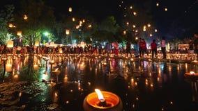 4K Timelapse van Drijvende lantaarns en Mensen in de viering van Yee Peng Festival of Loy Krathong- stock videobeelden