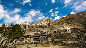 4k timelapse van het bergdorp Braka, Nepal stock video
