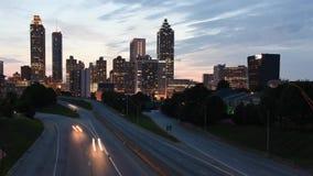 4K timelapse van Jackson Bridge die Vrijheidsbrede rijweg met mooi aangelegd landschap in Atlanta, Georgië onder ogen zien stock video