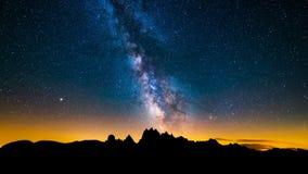 4K Timelapse van Mliky-manier over de Berg van Alpen, Dolomiet, Italië stock videobeelden