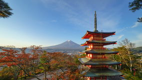 4K Timelapse van MT Fuji met Chureito-Pagode bij zonsopgang, Fujiyoshida, Japan stock footage