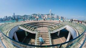 4k timelapse video van toeristen die Tsim Sha Tsui Promenade in Hong Kong bezoeken stock video