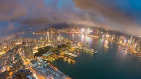 4k timelapse video van Victoria Harbour in Hong Kong van zonsondergang aan nacht stock video