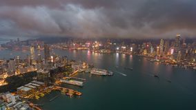 4k timelapse video van Victoria Harbour in Hong Kong van zonsondergang aan nacht stock footage