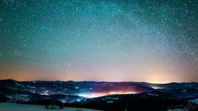 8K Timelapse von den Sternen, die in nächtlichen Himmel, sternenklarer Himmel sich dreht um die Erde sich bewegen stock video footage