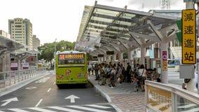 4K Timelapsed των ανθρώπων πλήθους στη σειρά αναμονής για να πάρει το λεωφορείο της οδού στην πόλη της Ταϊπέι απόθεμα βίντεο
