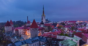 4k Timlapse av dagen till nigh övergången av den flyg- sikten av Tallinn den medeltida gamla staden, Estland lager videofilmer