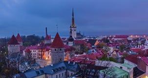 4k Timlapse van dag aan nigh overgang van luchtmening van de Middeleeuwse Oude Stad van Tallinn, Estland stock videobeelden