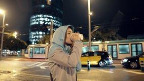4k a tiré d'une fille avec du café à emporter dans la ville de nuit banque de vidéos