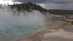 4k tiró de géiseres termales calientes viejos de Yellowstone con paisajes asombrosos de la naturaleza almacen de metraje de vídeo