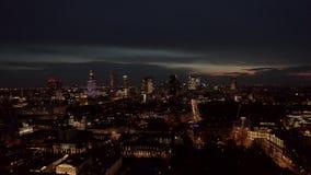 4K Tiro aéreo da skyline da metrópole da cidade de Varsóvia na noite Vista aérea espetacular de construções da cidade do arranha- filme