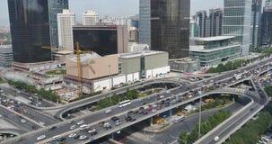 4k, traffico pesante attraverso il centro direzionale di Pechino, costruzione urbana video d archivio