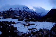 4K. Tramonto in Himalaya delle montagne, villaggio del sussidio, Nepal di Timelapse stock footage