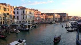 4K Tramonto su Grand Canal Venezia, canale con le gondole, le barche e i vaporettos stock footage