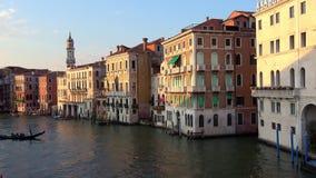 4K Tramonto sul canal grande di Venezia Le gondole e le barche trafficano a Venezia archivi video