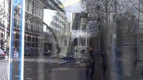 4k, trams et touristes traversant la rue à Amsterdam, Hollande banque de vidéos