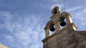 4K Trois cloches sur la tour d'église dans la vieille ville de Dubrovnik, Croatie banque de vidéos