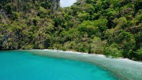 4k trutnia okręgu powietrzny ruch wokoło błękitnej laguny i ustronny raj wyrzucać na brzeg z drzewkami palmowymi kiwa w wiatrze zbiory