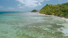 4k trutnia Powietrzny latanie wokoło laguny z płycizna jasnego wodą blisko raj tropikalna plaża Badać El Nido zdjęcie wideo