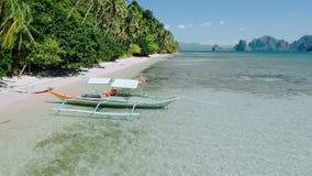 4k trutnia Powietrzny latanie wzdłuż egzota kosztu nad banca łodzią w płytkiej laguny wodzie przy niskim przypływem Badać El Nido zdjęcie wideo