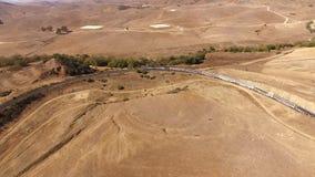 4k trutnia powietrzny strzał ogromny nowożytny miastowy pociąg pasażerski rusza się przez suchego piaska jaru wzgórza pustyni ste zdjęcie wideo