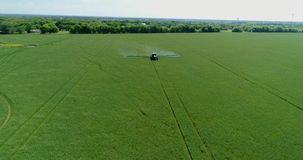 4K trutnia Rolnego ciągnika opryskiwania obszaru trawiastego Powietrzna plandeka Up zbiory wideo