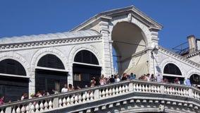 4K Turistas y visitantes sobre el puente de Rialto de Venecia, Italia Gran Canal almacen de metraje de vídeo